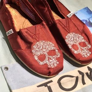 limited edition toms MAKE AN OFFER✨💀❤️